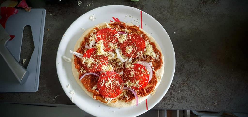 de pizza, met saus, en toppings