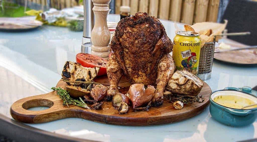 Bierkip Met Biermayo en Gefrituurde Aardappel Partjes van de BBQ