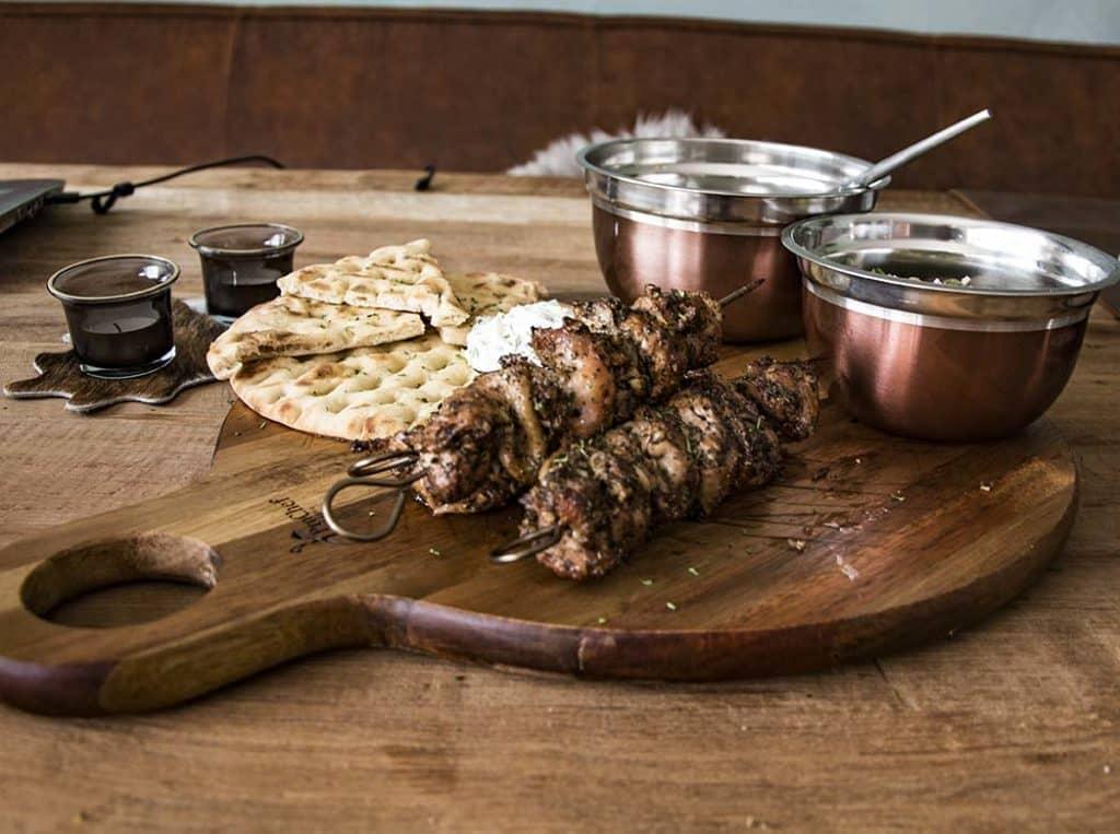 Kip Souvlaki van de BBQ, volgens Traditioneel Grieks Recept